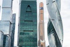 MOSKWA, SIERPIEŃ - 21, 2016: Różnorodna wysokość wzrasta w Moskwa mieście na Sierpień 21, 2016 w Moskwa, Rosja Zdjęcie Stock