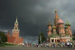 MOSKWA - Sierpień, 4: Turyści chodzą na placu czerwonym blisko Kremlin ściany Sierpień 4, 2016 w Moskwa, Rosja zdjęcia stock