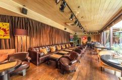 MOSKWA, SIERPIEŃ - 2014: Wnętrze jest luksusowym i świetnym łomota restauracją Obrazy Stock