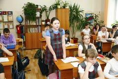 Moskwa, sierpień 16,2016-Little uczniowski obsiadanie za szkolnym biurkiem Fotografia Royalty Free