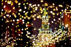 Moskwa Spassky Kremlowski wierza z bożonarodzeniowe światła obrazy royalty free