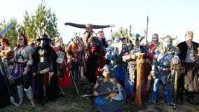 Moskwa teren ROSJA, Sierpień, - 22, 2018: Cosplayers pokazuje Warhammer opancerzonego wojownika charakteru kostium dla bawić się zdjęcie wideo