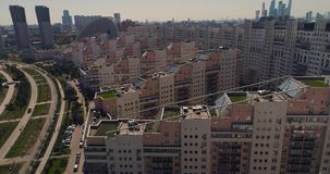 Moskwa ulicy, powietrzna ankieta, nowożytni budynki mieszkalni w nowożytnym terenie z parkową anteną zbiory wideo