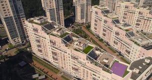 Moskwa ulicy, powietrzna ankieta, nowożytni budynki mieszkalni w nowożytnym terenie z parkową anteną zbiory