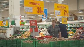MOSKWA WRZESIEŃ 29, 2018: Różnorodność zakupu produktów w Auchan ludzie Wiele ludzie robią zakupom w Ashan hypermarket zdjęcie wideo