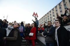 Moskwiczaniny ogląda próbę militarna parada na Tverskaya ulicie w Moskwa Zdjęcie Stock