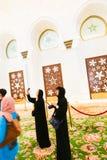 Moslem-Mädchen an der Moschee - Abu Dhabi - Shaiekh Zayed Lizenzfreie Stockfotos