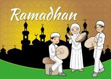 Moslemische asiatische Kinder, die mit traditioneller Musik spielen Lizenzfreies Stockfoto