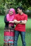 Moslemische asiatische Paare im Freien Stockbild