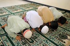 Moslemische betende Kinder Lizenzfreie Stockfotos