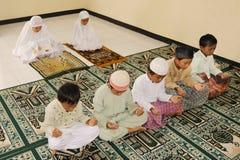 Moslemische betende Kinder stockfotos