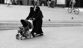 Moslemische Damen heraus für einen Weg. stockbild
