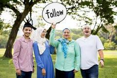 Moslemische Familie, die ein Folgungszeichen hält lizenzfreie stockfotos