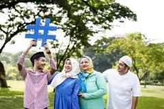 Moslemische Familie, die ein hashtag hält stockbild