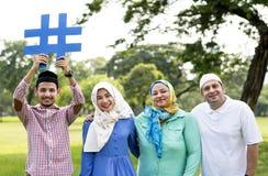 Moslemische Familie, die ein hashtag hält stockfotos