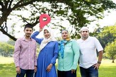 Moslemische Familie, die ein Kontrollpunktsymbol hält stockbilder