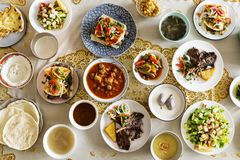 Moslemische Familie, die ein Ramadan-Fest hat lizenzfreies stockbild