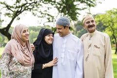 Moslemische Familie, die eine gute Zeit draußen hat stockfotos
