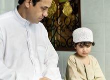 Moslemische Familie, die im Haus sich entspannt stockbild