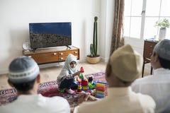Moslemische Familie, die sich zu Hause entspannt und spielt lizenzfreie stockfotografie