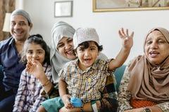 Moslemische Familie, die sich zu Hause entspannt und spielt stockfoto
