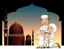 Moslemische Familie mit Moscheenhintergrund Lizenzfreies Stockbild