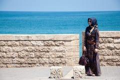 Moslemische Frau auf dem Damm von Tel Aviv, Israel lizenzfreie stockbilder