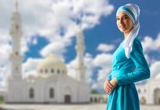 Moslemische Frau auf weißem Moscheenhintergrund Lizenzfreies Stockbild