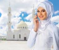 Moslemische Frau auf weißem Moscheenhintergrund Lizenzfreie Stockfotografie