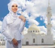 Moslemische Frau auf weißem Moscheenhintergrund Lizenzfreies Stockfoto
