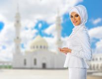 Moslemische Frau auf weißem Moscheenhintergrund Lizenzfreie Stockfotos