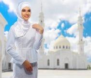 Moslemische Frau auf weißem Moscheenhintergrund Stockfotografie