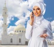 Moslemische Frau auf weißem Moscheenhintergrund Stockbild