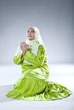 Moslemische Frau in betender Haltung Stockfotografie