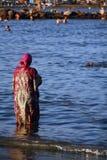 Moslemische Frau an der Küste Stockfotos