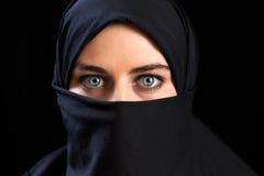 Moslemische Frau, die den Gesichtsschleier trägt Stockfotos