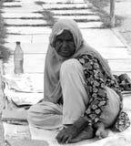 Moslemische Frau, die in der Straße bittet Lizenzfreie Stockfotos