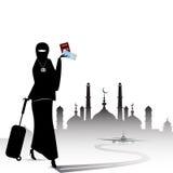 Moslemische Frau, die durch den Flughafen mit einem Koffermoscheenhintergrund reist Lizenzfreies Stockfoto