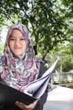 Moslemische Frau, die eine Datei hält Stockbild