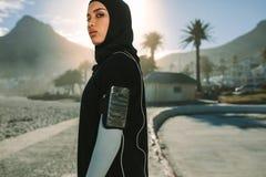 Moslemische Frau, die eine Pause nach Morgengymnastik macht stockfoto