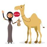 Moslemische Frau, die ihre Hand mit Karikaturkamelisolat auf weißem Hintergrund wellenartig bewegt Auch im corel abgehobenen Betr Lizenzfreie Stockfotos
