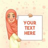 Moslemische Frau, die leeres Brett halten lächelt