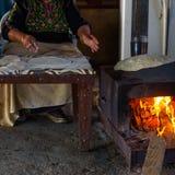 Moslemische Frau, die Nahrung macht lizenzfreie stockbilder