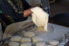 Moslemische Frau, die Nahrung macht stockfotografie