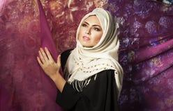 Moslemische Frau in einem Trachtenkleid lizenzfreie stockfotografie