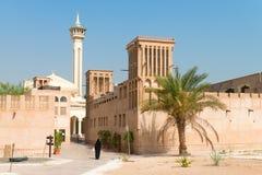 Moslemische Frau im alten arabischen Bezirk mit Moschee Stockfotografie