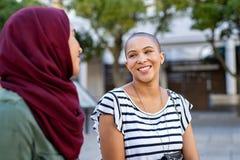Moslemische Frau mit Freund stockbild