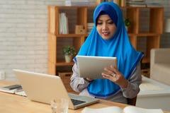 Moslemische Frau mit Geräten stockbild
