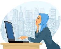 Moslemische Frau mit Laptop Stockbilder
