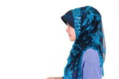 Moslemische Frau mit Seitenporträt Hijab auf Weiß stockfotos